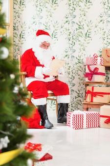 Weihnachtsmann liest wunschliste