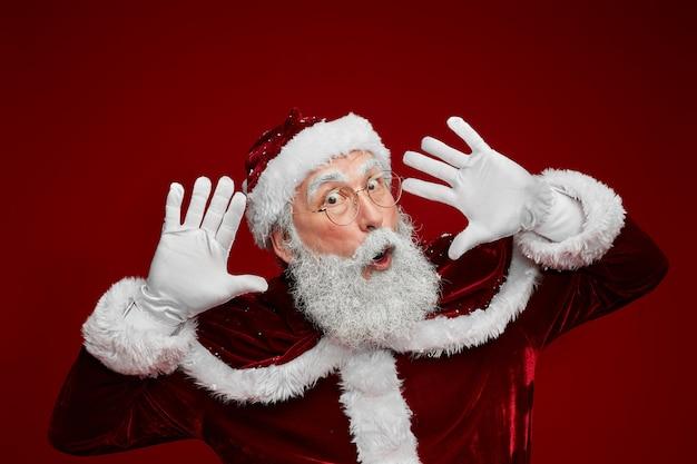 Weihnachtsmann macht gesichter
