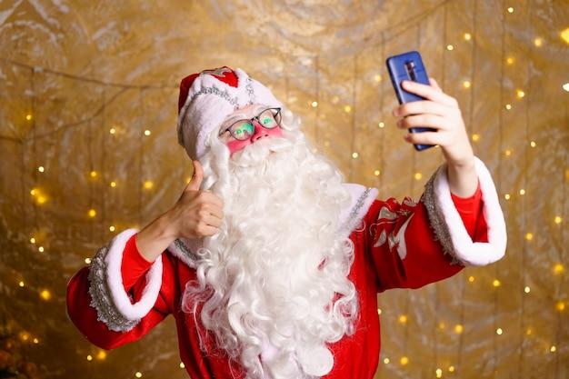 Weihnachtsmann macht selfie-fotos weihnachtsnacht lieferung von geschenken verzauberte kindheitsträume videoanruf