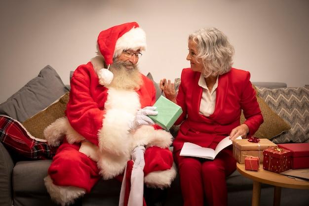 Weihnachtsmann mit der frau betriebsbereit zum weihnachten