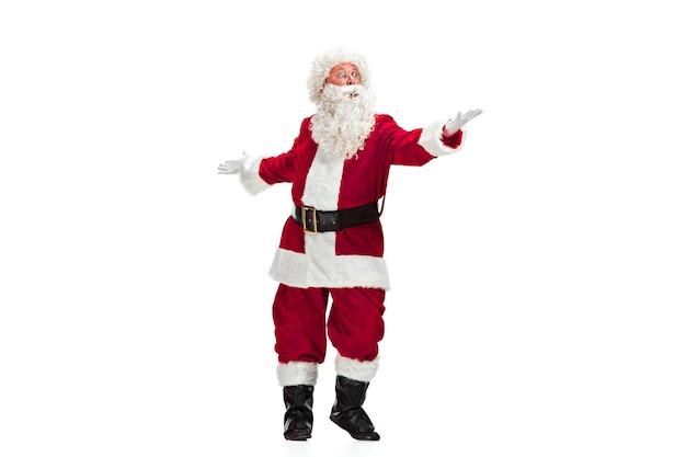 Weihnachtsmann mit einem luxuriösen weißen bart, der weihnachtsmannmütze und einem roten kostüm lokalisiert auf einem weißen hintergrund