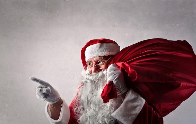 Weihnachtsmann mit einer großen tasche