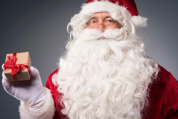 Weihnachtsmann mit einer kleinen geschenkbox