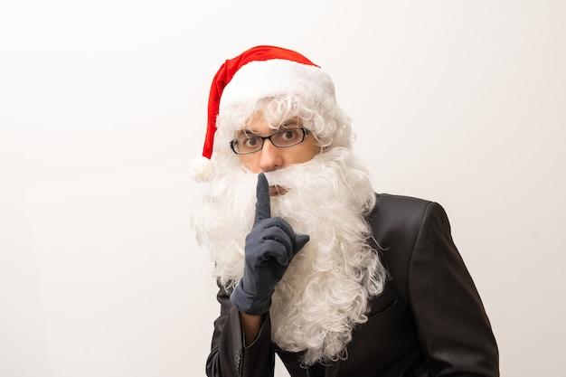 Weihnachtsmann mit finger auf den lippen auf weißem hintergrund
