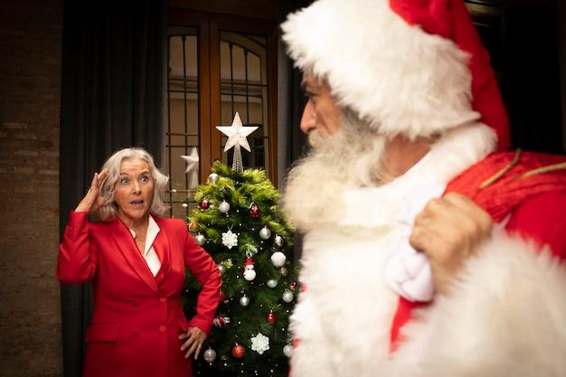 Weihnachtsmann mit frau hinter