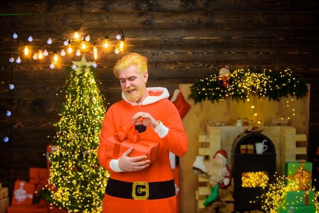 Weihnachtsmann mit geschenkbox porträt von weihnachtsmann weihnachtsschmuck aufgeregt weihnachtsmann fröhlich