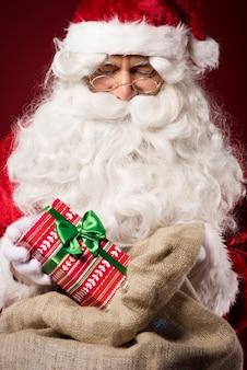 Weihnachtsmann mit geschenkbox