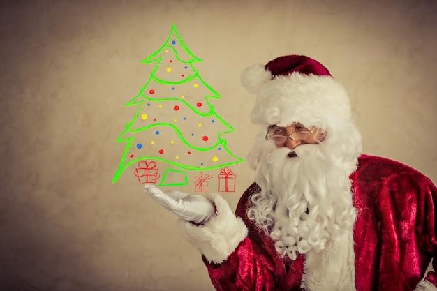 Weihnachtsmann mit gezeichnetem weihnachtsbaum gegen schmutzhintergrund. weihnachtsferienkonzept