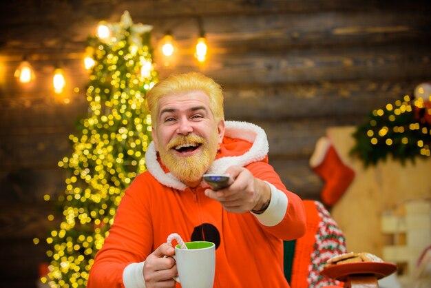 Weihnachtsmann mit heißem getränk weihnachtsmann weihnachtsschmuck lächelnd weihnachtsmann frohe weihnachten neu