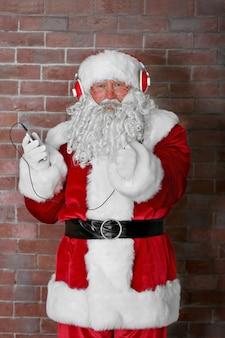 Weihnachtsmann mit kopfhörern musik hören