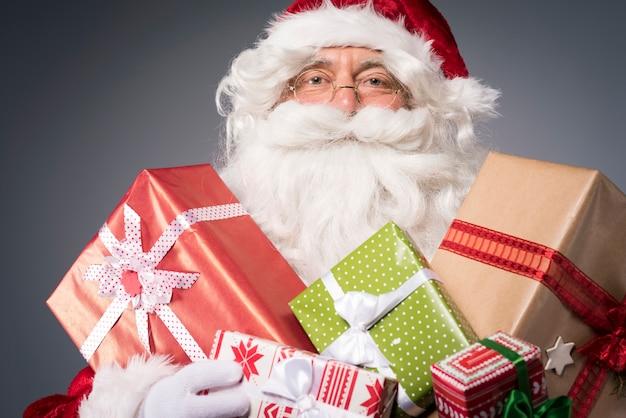 Weihnachtsmann mit vielen geschenkboxen