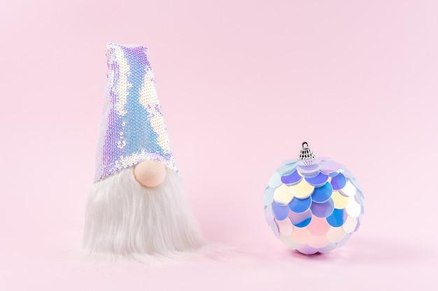 Weihnachtsmann mit weihnachtskugel in lebendigen holografischen farbverläufen