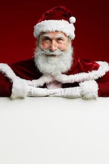 Weihnachtsmann mit weißem schild