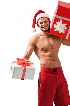 Weihnachtsmann mit zwei geschenken für weihnachten, das im studio aufwirft.