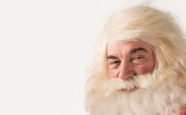 Weihnachtsmann-portraitlächeln getrennt über einem weißen hintergrund
