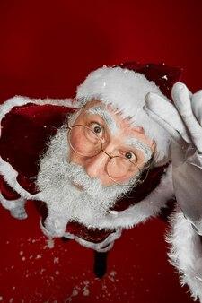 Weihnachtsmann schaut nach oben