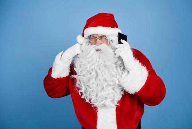 Weihnachtsmann spricht per handy