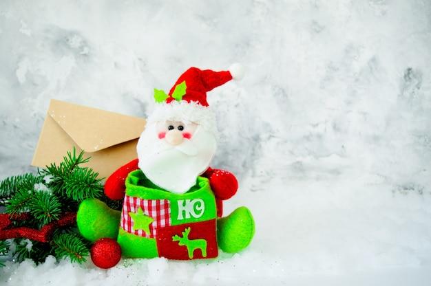 Weihnachtsmann, tannenzweige und brief