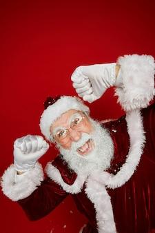 Weihnachtsmann tanzt auf rot