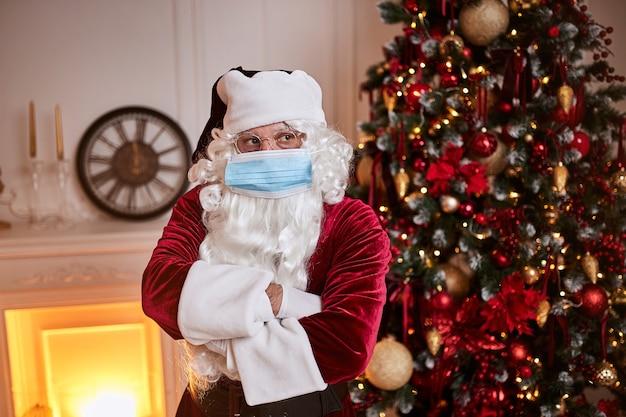 Weihnachtsmann trägt schutzmaske. frohe weihnachten covid 19 coronavirus social distance-konzept.