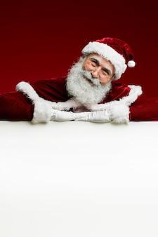 Weihnachtsmann über weißem schild