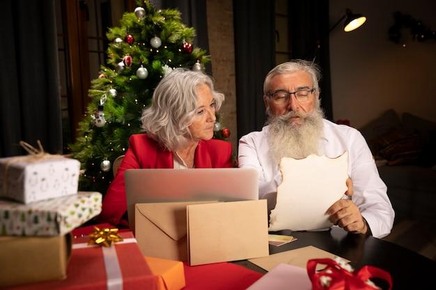 Weihnachtsmann und ältere frau zusammen