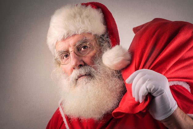 Weihnachtsmann und eine große tasche