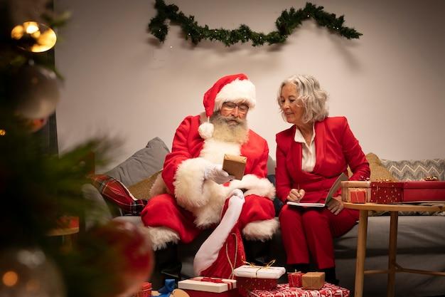 Weihnachtsmann und frau bereit zum weihnachten