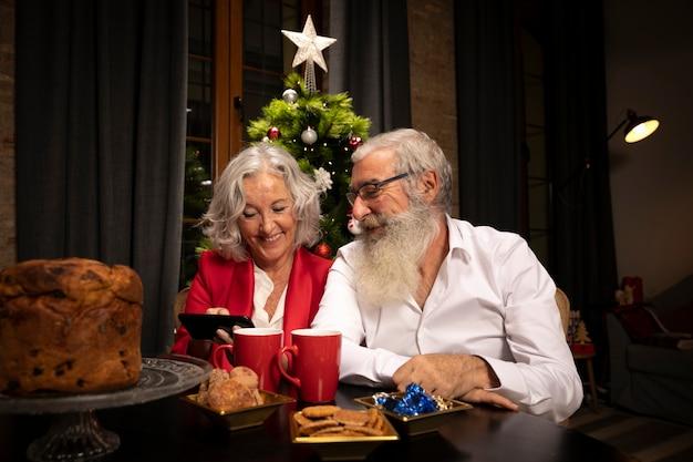 Weihnachtsmann und frau zusammen
