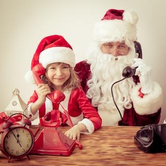 Weihnachtsmann und kind. weihnachtsferienkonzept