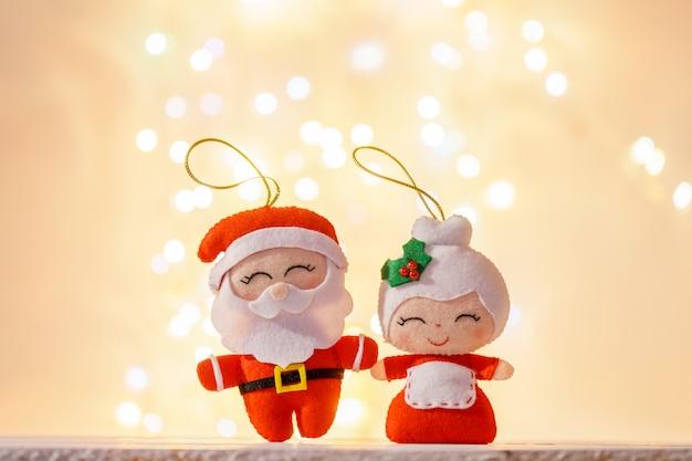 Weihnachtsmann und seine frau in spielzeugform