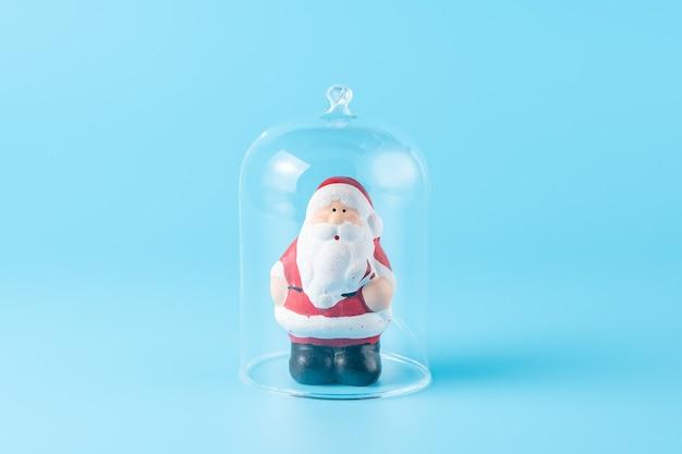 Weihnachtsmann unter der glaskuppel auf blau