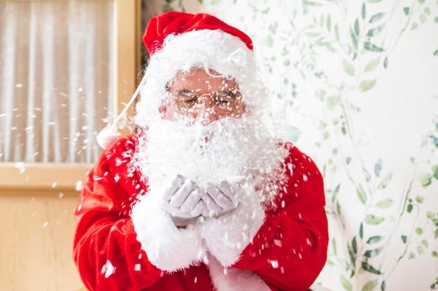 Weihnachtsmann weht schnee