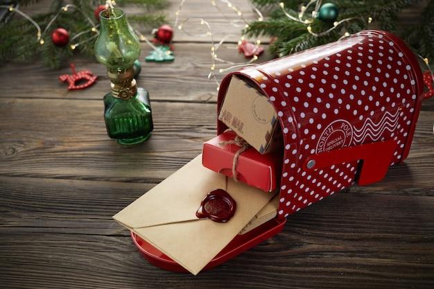 Weihnachtsmann-weihnachtspost auf hölzernem hintergrund