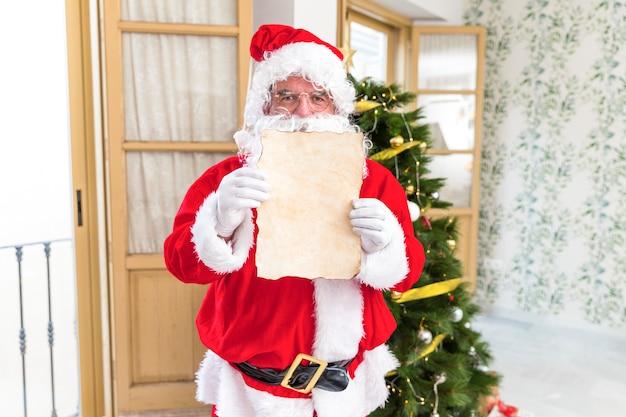 Weihnachtsmann zeigt leeren brief