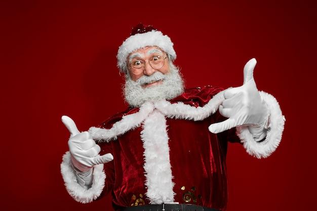 Weihnachtsmann zeigt tanzen auf rot