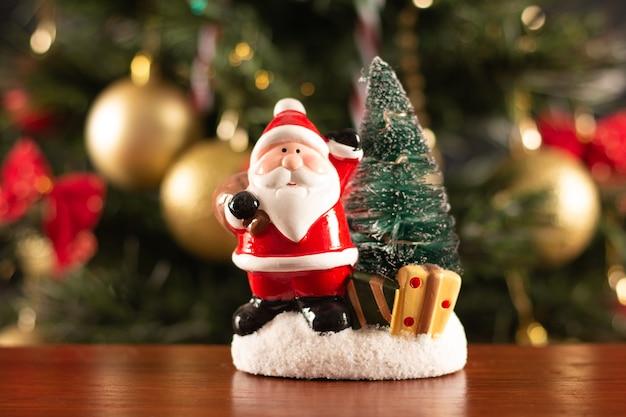 Weihnachtsmanndekoration auf dem tisch auf einem verschwommenen weihnachtshintergrund
