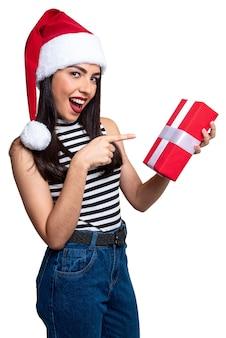 Weihnachtsmannfrau, die ein geschenk hält, lokalisiert auf weißem hintergrund.