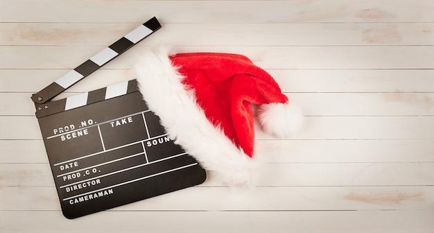 Weihnachtsmannmütze und filmklöppel