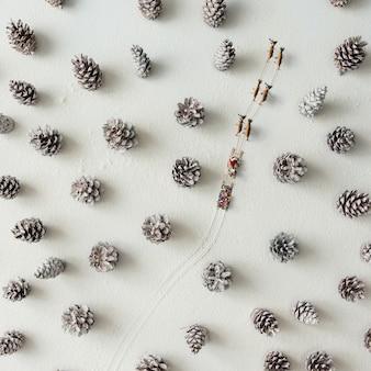 Weihnachtsmannschlitten und rentier im verschneiten winterwald aus tannenzapfen.