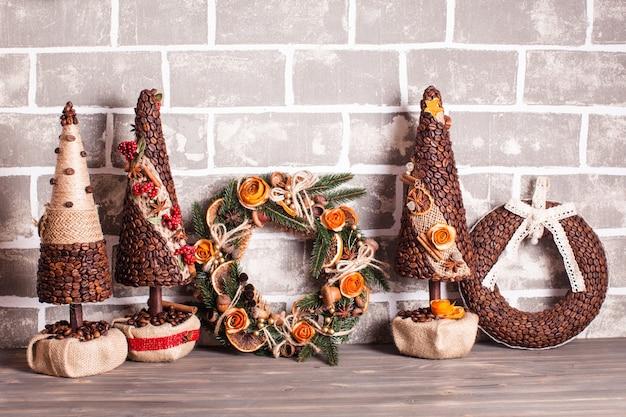 Weihnachtsmarkt, große auswahl an aromatischen kaffeekränzen und -bäumen