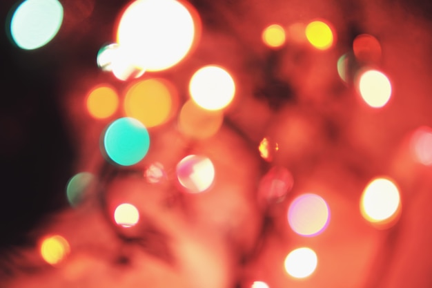 Weihnachtsmehrfarben-bokeh hintergrund mit defocused leuchten.