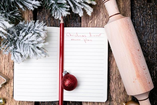 Weihnachtsmenü plan. notizbuch, welches das weihnachtsmenü schreibt. ansicht von oben.