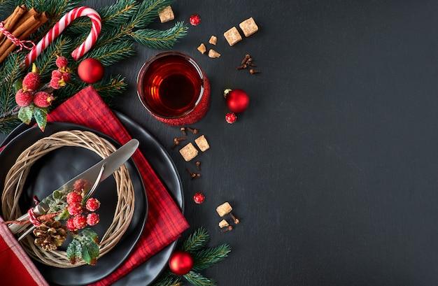 Weihnachtsmenükonzept auf dunklem schwarzem steinschiefer, textraum