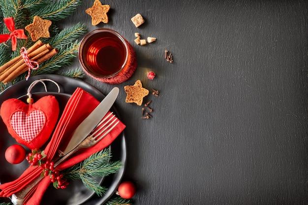 Weihnachtsmenükonzept auf dunklem steinschiefer, textraum