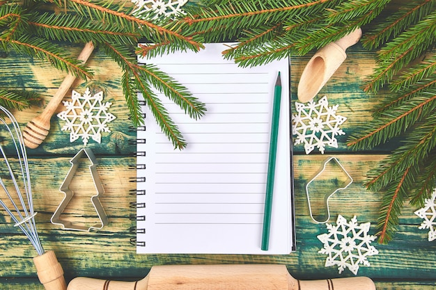 Weihnachtsmenüplan oder -rezept auf grünem rustikalem hölzernem