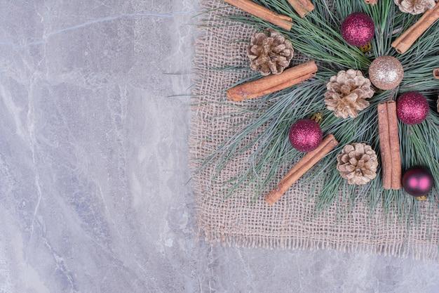 Weihnachtsmittelstück auf einem stück sackleinen