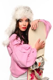 Weihnachtsmode-modell, das snowboard hält
