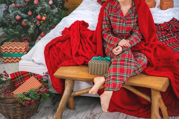 Weihnachtsmorgen, mädchen mit geschenken in ihren händen. tiefenschärfe.