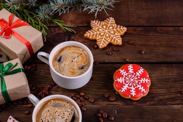 Weihnachtsmorgen mit duftendem kaffee und geschenken
